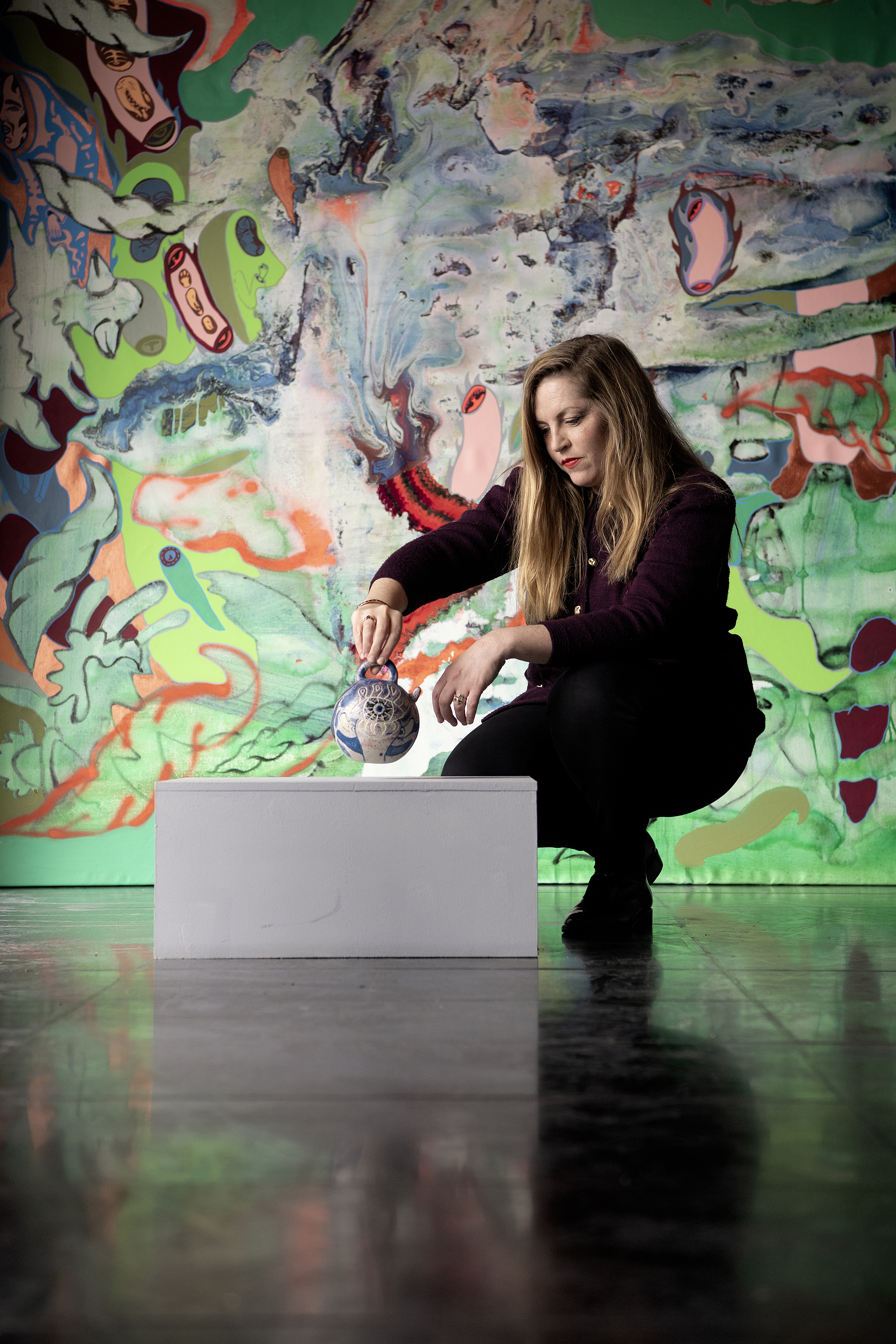 Kunstner Ida Kvetny sætter udstilling op